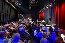 Voll besetzt war der ungewöhnliche Ort der Matinee: die Bühne im großen Saal des wiedereröffneten Erwin-Piscator-Hauses.