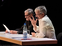 Axel Poike (r.) und Peter Jung (l.) zogen das Publikum für eine Stunde in ihren Bann und vermittelten einen Eindruck vom Lebensweg Piscators.