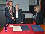 Oberbürgermeister Dr. Thomas Spies (l.) und Stadtverordnetenvorsteherin Marianne Wölk (r.) begrüßten Dr. Maude Barlow in Marburg, die sich in das Goldene Buch der Stadt eintrug.