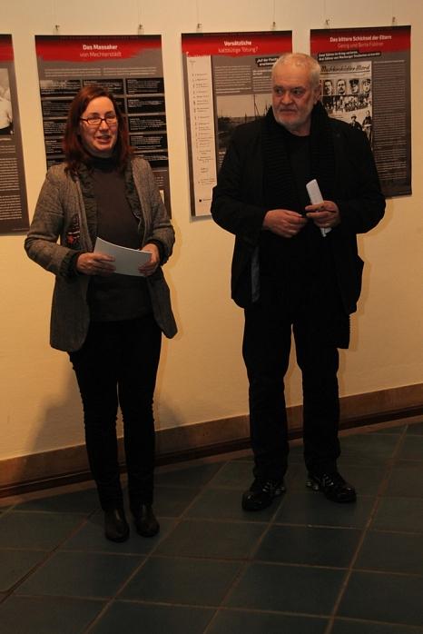 """Zusammen mit Prof. Dr. Bruno Reimann eröffnete Stadträtin Dr. Kerstin Weinbach die Ausstellung über das """"Massaker von Mechterstädt"""".©Stadt Marburg, i. A. Heiko Krause"""
