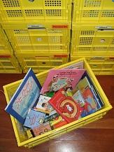 Gelbe Medienkiste mit Büchern und anderen Medien©Universitätsstadt Marburg