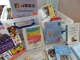 Bücherkiste mit Medien, die Hilfestellungen, Anregungen und praxiserprobte Vorschläge zur Aktivierung von Demenzerkrankten bieten.©Universitätsstadt Marburg