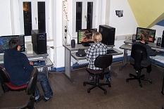 An 3 Computern sitzen Jugendliche  und spielen ein PC-Spiel.©Universitätsstadt Marburg