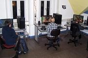 An 3 Computern sitzen Jugendliche  und spielen ein PC-Spiel.