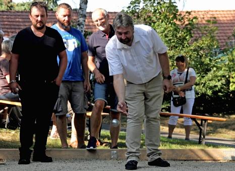 Bürgermeister Wieland Stötzel eröffnete die neue Boule-Bahn auf dem Mehrgenerationenplatz in Gisselberg mit einem Spiel.©Heiko Krause i.A.d. Stadt Marburg