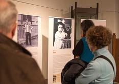"""Mehr als 150 Interessierte kamen zur Eröffnung der Ausstellung """"Vergesst ihre Namen nicht - Die Kinder von Auschwitz"""" und befassten sich mit deren Schicksalen.©Stadt Marburg, Patricia Grähling"""