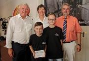 Volker Bouffier (li.) übergab Leon Prause (vorne li.) und Nico Prause die Plakette. Mit ihnen freuten sich Bürgermeister Wieland Stötzel und die Leiterin der Marburger Feuerwehr Carmen Werner.