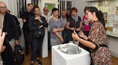 """Eva Naomi Watanabe (rechts) erklärte den Besucherinnen und Besuchern ihrer Ausstellung """"immer und weiter"""" ihre Ideen und Arbeitsweisen bei ihren Kunstwerken."""