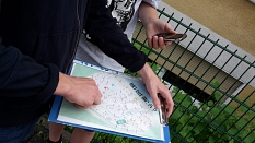 Ein Spieler hält den Spielplan von MIster X in der Hand.©Universitätsstadt Marburg