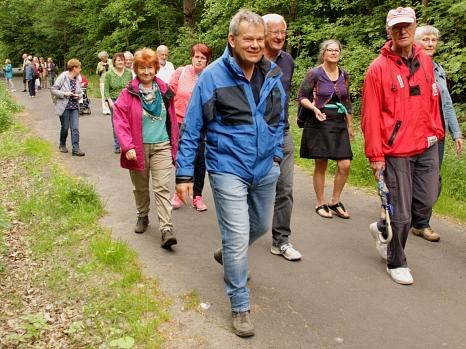 """Mit dem Volkschor über die Lahnberge ging es diesmal bei der Aktion """"3000 Schritte mit Oberbürgermeister"""" Dr. Thomas Spies (blaue Jacke).©Heiko Krause i.A.d. Stadt Marburg"""