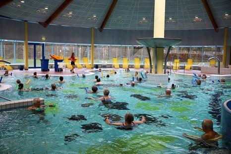 Mit rund 50 gut gelaunten Badegästen hat das AquaMar am Montagmorgen wieder geöffnet. Los ging es mit Wassergymnastik.©Patricia Grähling, Stadt Marburg