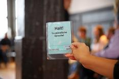"""Die Karten mit der Aufschrift """"Halt! Verständliche Sprache"""" hatte die Bürger*innenbeteiligung vorbereitet. Die Teilnehmenden signalisierten damit, wenn das Gesagte leichter ausgedrückt werden sollte.©Simone Schwalm, Stadt Marburg"""