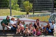 Die Kinder präsentieren stolz ihr Kunstwerk aus Mosaiksteinen (von links): Dr. Heinrich Scherer (Stadtplanung), die Richtsberger Ortsvorsteherin Erika Lotz-Halilovic, Katja Schneider (Erzieherin), Friederike Rauch (stellvertretende Kita-Leitung), die Küns