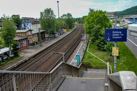 Attraktiv für Radfahrer*innen: Am Südbahnhof etwa gibt es schon überdachte Parkplätze für Fahrräder. Für die Barrierefreiheit fehlt aber noch ein Aufzug.©Freya Altmüller, i. A. d. Stadt Marburg