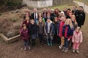 Bürgermeister Wieland Stötzel (hinten 2. von links) gratulierte beim Kräuter-Hochbeet allen Beteiligten des Marbacher Mitmachgartens zum Nachbarschaftspreis.