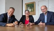 Oberbürgermeister Dr. Thomas Spies stellt seine Nahverkehrsoffensive im Rathaus vor. Birgit Stey und Christoph Rau von der Stadtwerke Marburg Consult sind für die Fahrpläne der Stadtwerke zuständig.