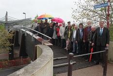 Oberbürgermeister Egon Vaupel (rechts) und Ortsvorsteherin Erika Lotz-Halilovic (5. von links) weihten die Regenbogenbrücke mit zahlreichen anderen Menschen ein.©Heiko Krause Universitätsstadt marburg