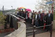 Oberbürgermeister Egon Vaupel (rechts) und Ortsvorsteherin Erika Lotz-Halilovic (5. von links) weihten die Regenbogenbrücke mit zahlreichen anderen Menschen ein.