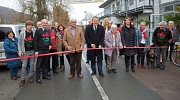 Oberbürgermeister Dr. Thomas Spies (Mitte) hat gemeinsam mit dem Landesvorsitzenden der NaturFreunde Jürgen Lamprecht (links daneben), der Kreisbeigeordneten Karin Szeder (vierte von rechts) und Fronhausens Bürgermeisterin Claudia Schnabel (dritte von rec