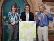 Auf den neuesten Stand gebracht: Bürgermeister Dr. Franz Kahle (Mitte) freute sich über die neu erschienene zweite Auflage des Marburg Stadtplans von Dr. Lutz Münzer (r.) und seiner Frau Brigitte Münzer (l.).