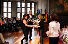 Hülya Atalay (vorne links) ist eine von 165 Marburgerinnen und Marburgern, die in den vergangenen 12 Monaten die deutsche Staatsangehörigkeit angenommen haben. Die Universitätsstadt begrüßt ihre Neubürger alljährlich mit einem Fest im Rathaus. Hier überre©Nadja Schwarzwäller im Auftrag der Universitätsstadt Marburg