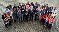 Rund 40 der insgesamt 155 neu eingebürgerten Marburger*innen kamen zum Empfang ins Marburger Rathaus, wo sie von Oberbürgermeister Dr. Thomas Spies (Mitte) und Stadtverordnetenvorsteherin Marianne Wölk (links außen) begrüßt wurden.