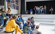 Neue Akustik und neue Bühnentechnik: Die Möglichkeiten des neugestalteten Forums zeigte eine Schülerband mit einem Musikbeitrag.©Patricia Grähling, Stadt Marburg