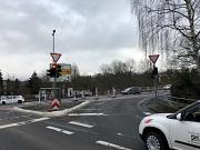 Die Arbeiten an der Ampelanlage sind schneller fertig als geplant. Die Umstellung für Rechtsabbieger in Richtung Brücke verbessert den Verkehrsfluss.