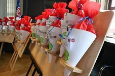 Für alle Auszubildenden gab es wie jedes Jahr eine Willkommenstüte mit Süßem und Gesundem für den Start.©Foto Stefanie Pofrus, Stadt Marburg