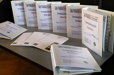 Zusätzlich zu den Geschenken erhielten die Auszubildenden auch ihre Mappen mit wichtigen Informationen für den Einstieg.©Stefanie Pofrus, Stadt Marburg