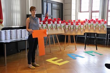 Willkommen im Team: Ausbildungsleiterin Silke Fischer-Stamm begrüßte die neuen Azubis.©Stefanie Pofrus, Stadt Marburg