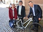 Benutzten die Fahrradringe am Rathaus als erste (v. l.): Radverkehrsbeauftragte Katharina Grieb, Bürgermeister Dr. Franz Kahle und Oberbürgermeister Dr. Thomas Spies.