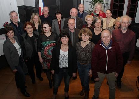 Stadträtin Ursula Schulze-Stampe (2. von links) und MSLT-Geschäftsführer Klaus Hövel (links dahinter) begrüßten die neuen Gästeführerinnen und Gästeführer.©Stadt Marburg, i. A. Heiko Krause
