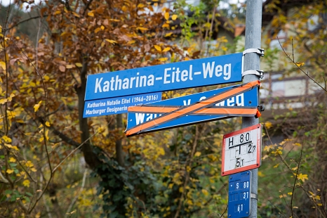 """""""Katharina-Eitel-Weg"""" heißt der bisherige """"Walter-Voß-Weg"""" nun. Ein Zusatzschild gibt Informationen über die neue Namensgeberin.©Stadt Marburg, Patricia Grähling"""