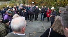 Claus Schreiner, der Witwer der verstorbenen Katharina Natalie Eitel erzählte bei der Enthüllung des Straßenschildes von seiner Frau.©Stadt Marburg, Patricia Grähling