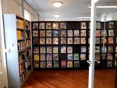 Blick durch die geöffnete Tür in den neuen Zeitschriftenbereich der Stadtbücherei mit den Zeitschriftenregalen.©Universitätsstadt Marburg