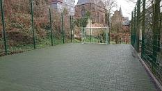 Neues Ballspielfeld in der  Kita Barfüßer Tor mit grünem Kautschukbelag und Bolzplatztor©Universitätsstadt Marburg FD Stadtgrün