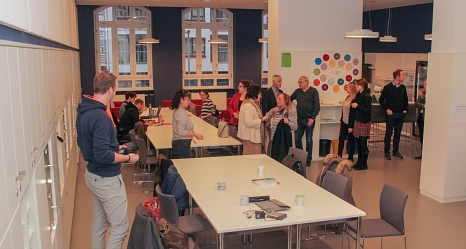 Hell und freundlich bietet das renovierte Lehrerzimmer der Martin-Luther-Schule nun beste Arbeitsbedingungen für die Lehrerinnen und Lehrer.©Stadt Marburg, i. A. Heiko Krause