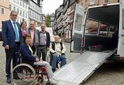 Foto von Oberbürgermeister Vaupel, Mitgliedern des Behindertenbeirates, Lothar Enters von ASU, Sharafoden Sheva von Aktivcar und Kerstin Hühnlein vom FD Soziale Leistungen neben einem Behindertenfahrzeug