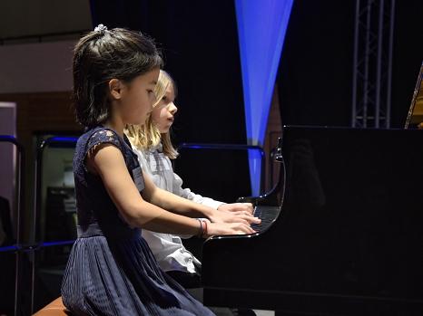 Mai Epping und Gabriel Büneman von der Musikschule Marburg spielten vierhändig am Klavier.