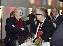 Uni-Präsidentin Prof. Dr. Katharina Krause und Medizin-Dekan Prof. Dr. Helmut Schäfer im Gespräch.