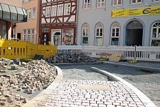 """Noch ist die Fahrbahndecke nicht fertig und die neuen """"Anschlüsse"""" an den Erlenring und in die Weidenhäuer Straße fehlen. Bis zur feierlichen Eröffnung am 10. August wird das erledigt sein.©Birgit Heimrich, Stadt Marburg"""