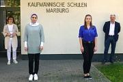 Norbert Feyh, Betriebsleiter des DBM (rechts) und Inge Kachel-Moosdorf von der Praxis GmbH (links) freuen sich, Nisreen Bashir (2.v.l.) und Violetta Meller als angehende Kauffrauen für Büromanagement zu begrüßen.
