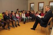 """Zum bundesweiten Vorlesetag las Oberbürgermeister Dr. Thomas Spies für Schülerinnen und Schüler der Geschwister-Scholl-Schule aus """"Die Muskeltiere"""" vor."""