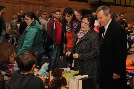 Oberbürgermeister Dr. Thomas Spies (von rechts) sowie Stadträtin und Jugend- und Bildungsdezernentin Kirsten Dinnebier wurden von Björn Kleiner und Ulrike Munz-Weege über die Spielzeugbörse geführt.©Universitätsstadt Marburg, Heiko Krause