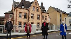 Oberbürgermeister Dr. Thomas Spies (2.v.r.) überreichte einen Zuwendungsbescheid in Höhe von 1,53 Millionen Euro für die Sanierung des Gebäudes am Krummbogen 2 (im Hintergrund zu sehen) an den JUKO-Vereinsvorsitzenden Dr. Thomas Wolf (v.l.), Marianne Wölk