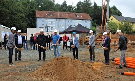 Oberbürgermeister Dr. Thomas Spies (3.v.li.) und GeWoBau-Geschäftsführer Jürgen Rausch (4.v.re.) setzen zusammen mit (v.li.) Stefan Rover (Büro Integrale Planung), Theobald Preis (GeWoBau), Waldtal-Ortsvorsteher Gerhard Dziehel, Gunnar Kirsch (GeWoBau), D©Viktoria Fischer, i.A.d. Stadt Marburg