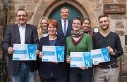 Oberbürgermeister Dr. Thomas Spies (4. Von links) zog gemeinsam mit Björn Backes (Fachdienstleiter Sport) sowie Carolin Albert, Dr. Christine Amend-Wegmann, Laure Griese, Anna Ständecke und Janis Loewe vom Gleichstellungsreferat ein Jahr nach Unterzeichnu
