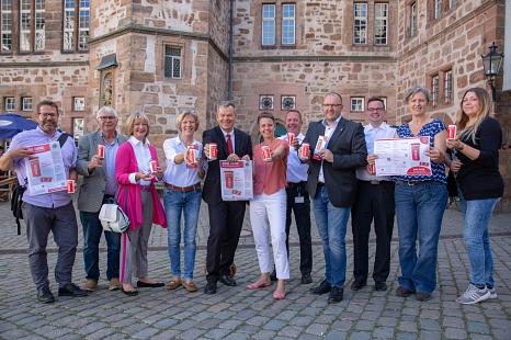 Oberbürgermeister Dr. Thomas Spies (5. v. l.) und Landrätin Kirsten Fründt (6. v. l.) stellen zusammen mit den Vertreterinnen und Vertretern der Stadt, des Kreises, des Lions Club Marburg-Elisabeth von Thüringen, dem Seniorenbeirat, den Maltesern und der©Stadt Marburg, Patricia Grähling