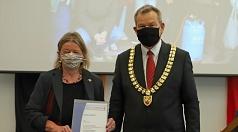 Oberbürgermeister Dr. Thomas Spies hat Christina Hey mit der Goldenen Ehrennadel der Universitätsstadt Marburg ausgezeichnet.